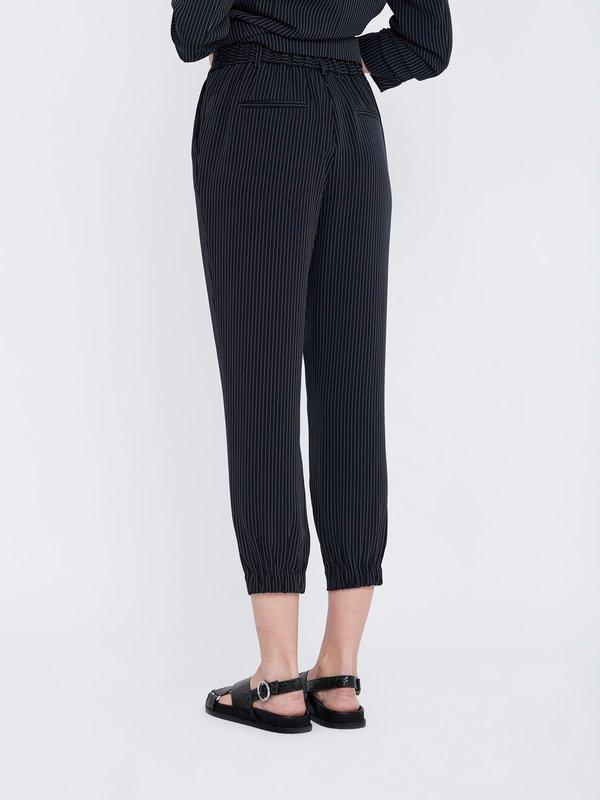 Зауженные брюки-джоггеры вид сзади