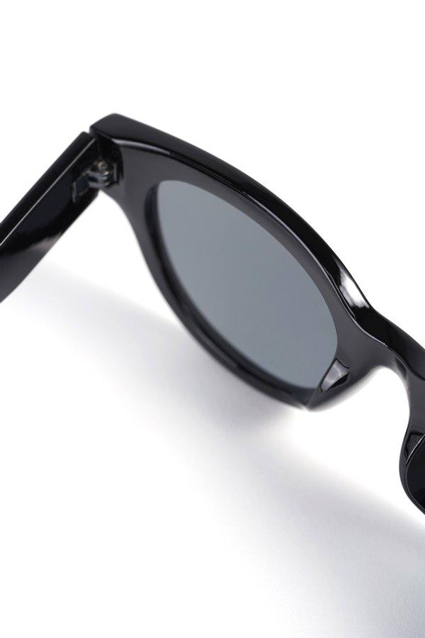 Солнцезащитные очки вид сзади