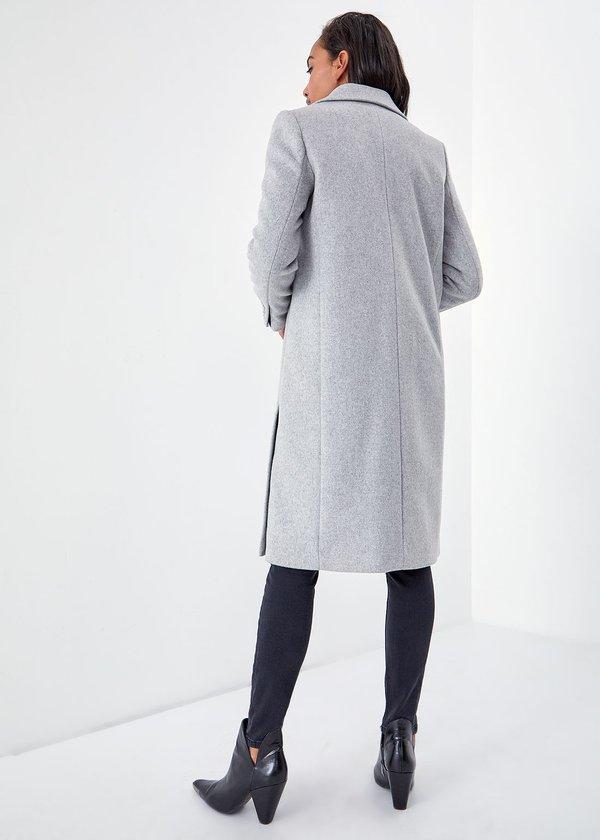 Серое пальто с разрезами вид сзади
