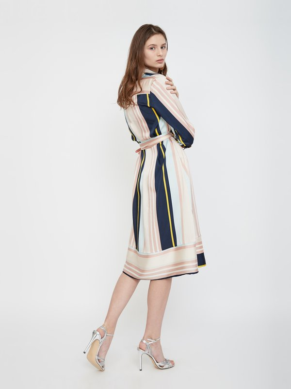 Платье с рукавами 3/4 вид сзади