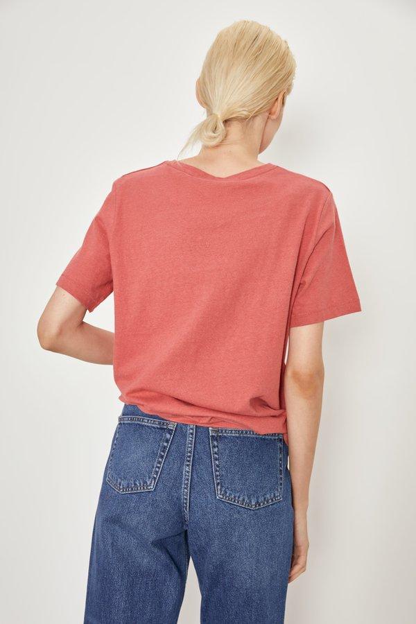 Однотонная базовая футболка вид сзади