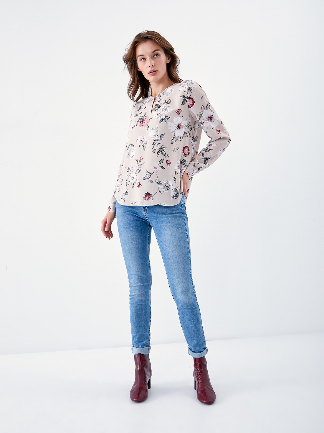 Блузка с цветочным принтом и вырезом