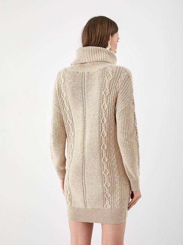 Трикотажное платье крупной вязки  вид сзади