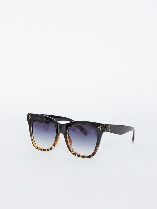 Солнцезащитные очки квадратной формы вид сзади
