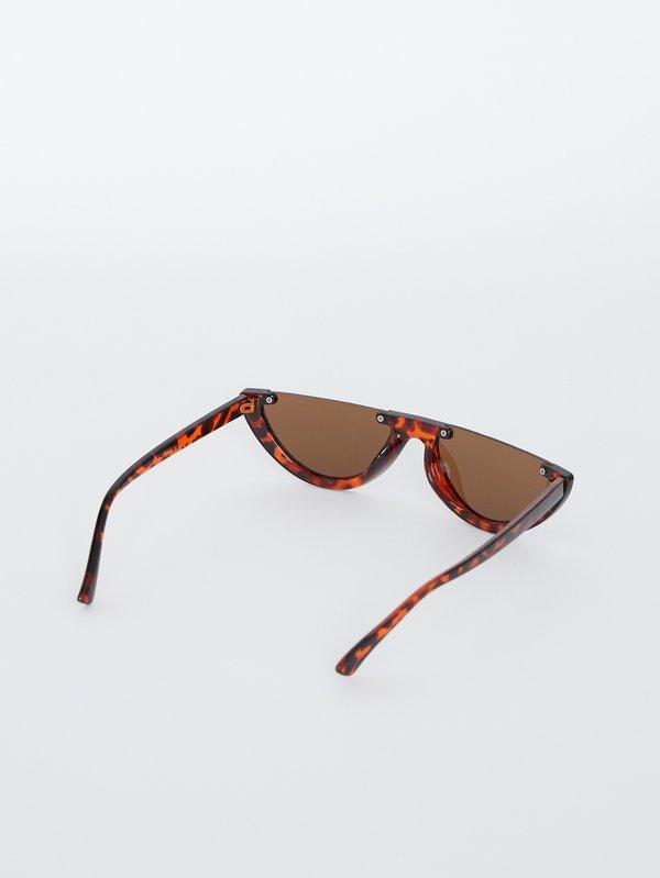 Солнцезащитные очки с затемненными линзами вид сзади