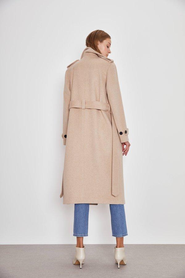 Двубортное пальто с поясом вид сзади