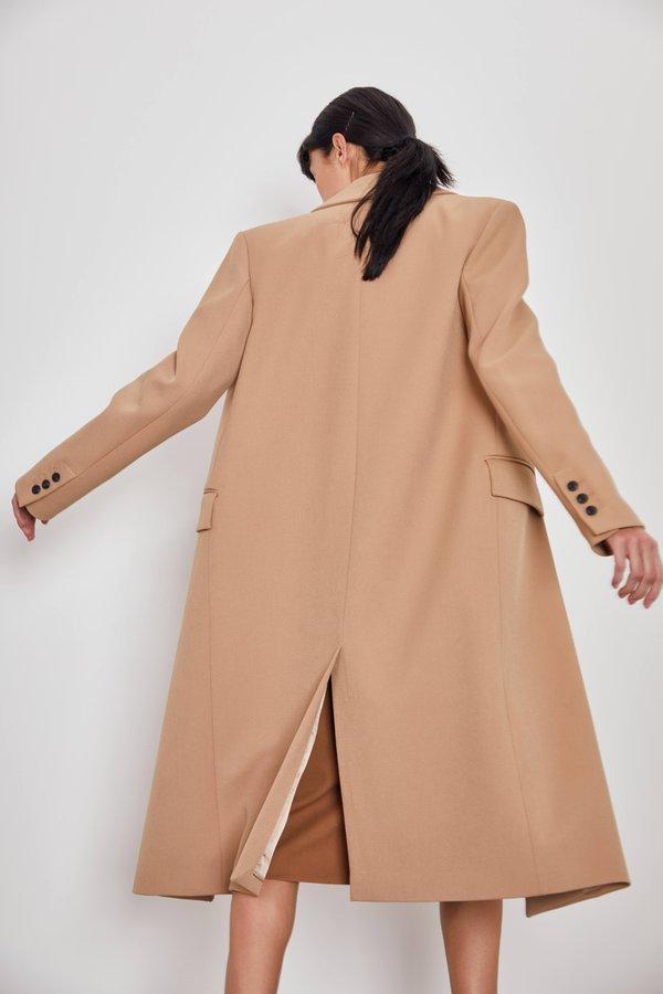 Двубортное пальто прямого кроя вид сзади