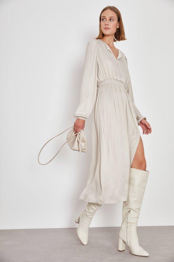 Платье с эластичными деталями