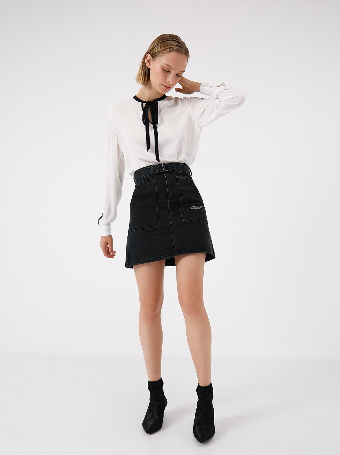 Джинсовая юбка с накладными карманами и с поясом