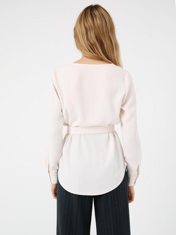 Блузка с поясом вид сзади