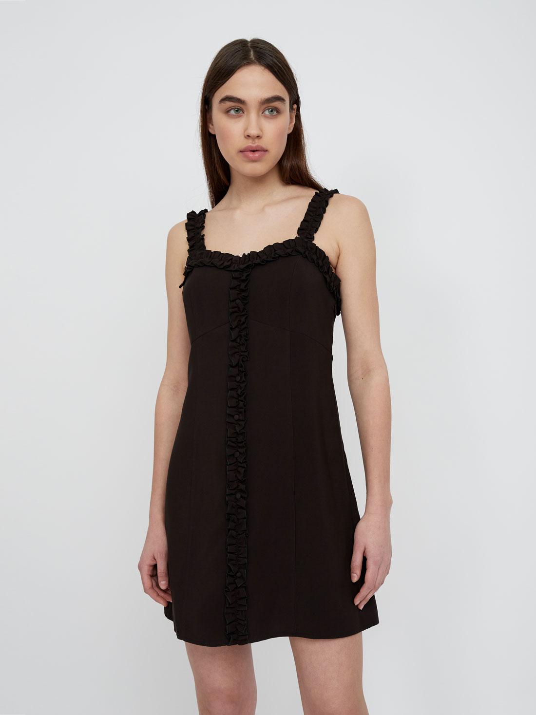 Платье на бретелях с декоративными оборками