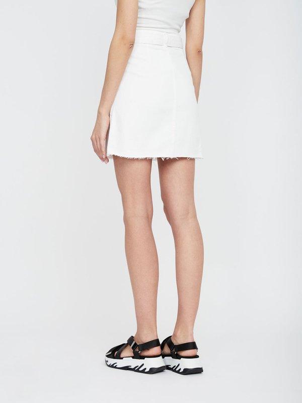 Джинсовая юбка с накладными карманами и с поясом  вид сзади
