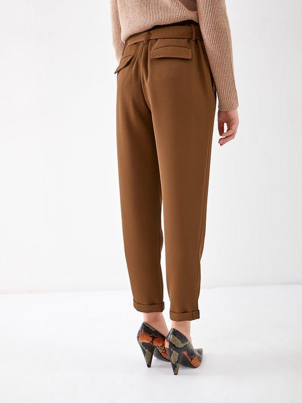 Зауженные брюки с поясом вид сзади