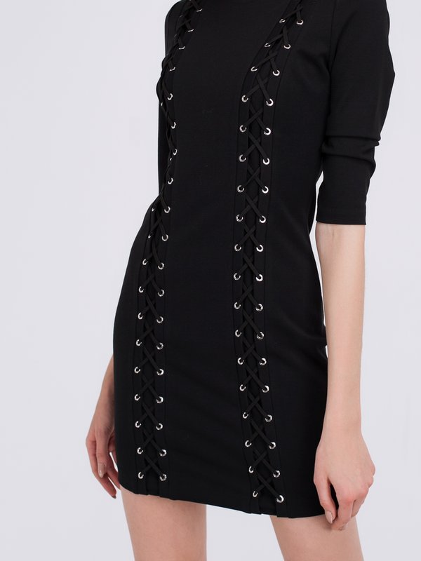 Платье с декоративными элементами вид сзади