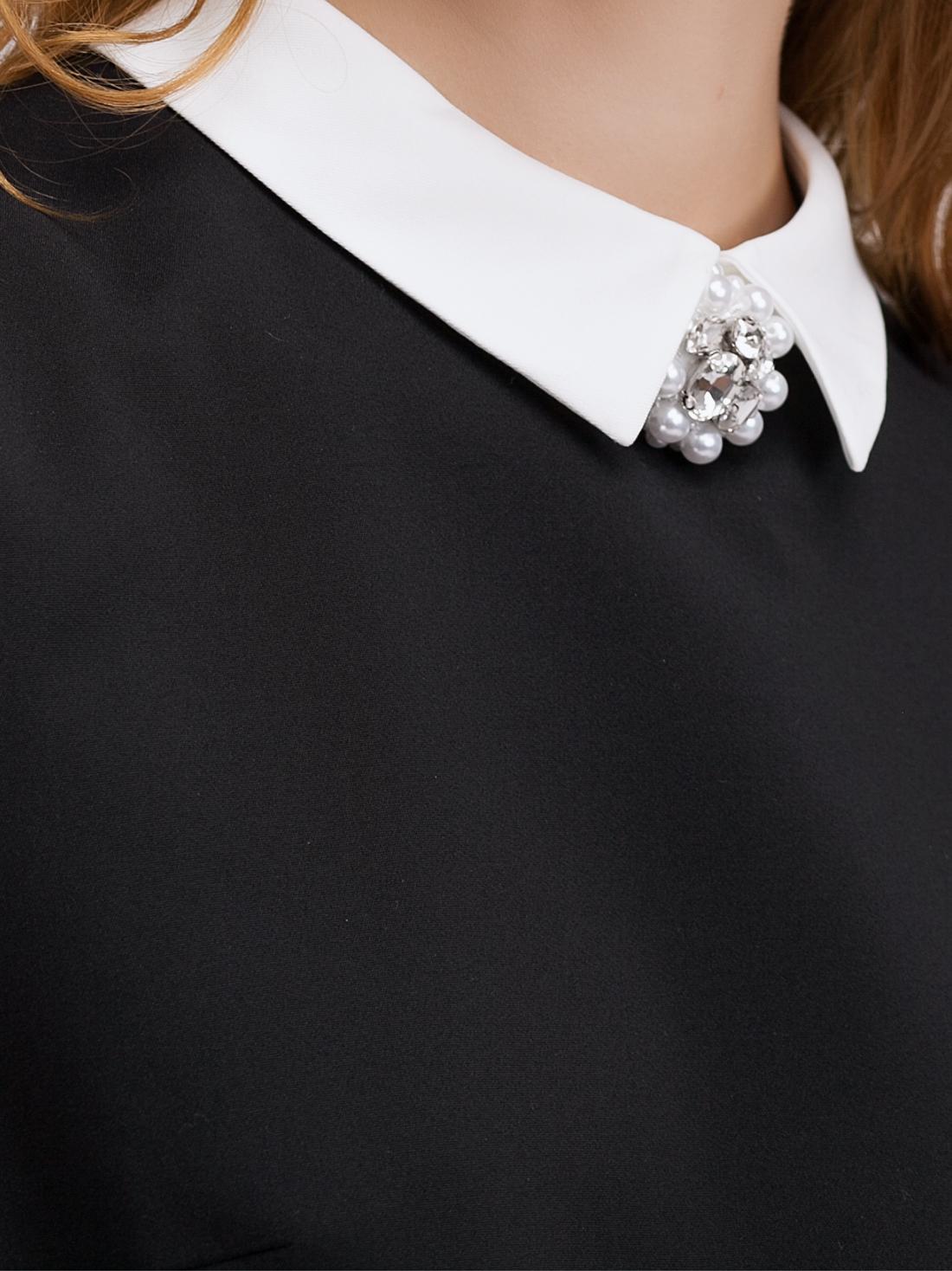 Платье с контрастным воротником и жемчужной брошью