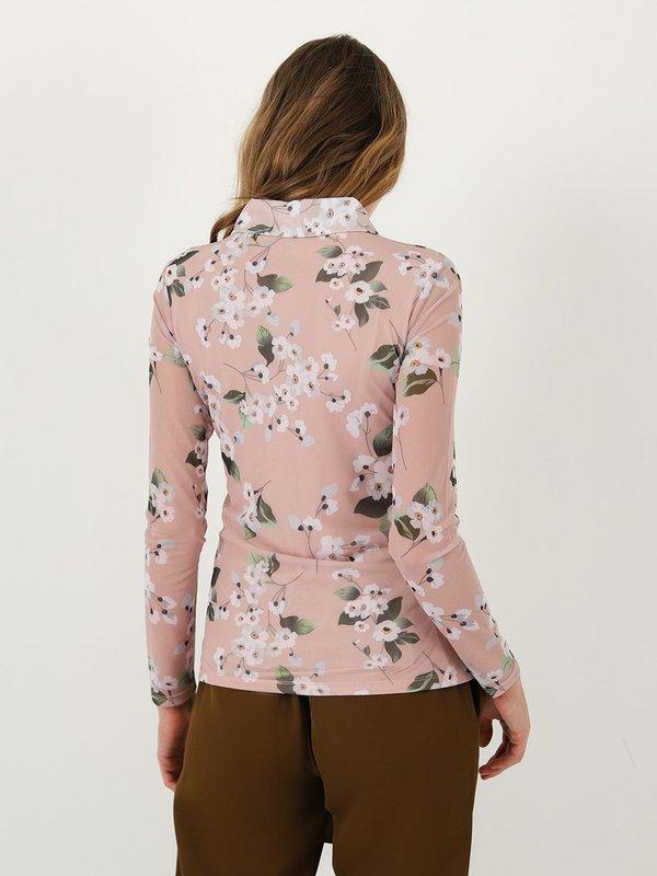Рубашка с растительным принтом вид сзади