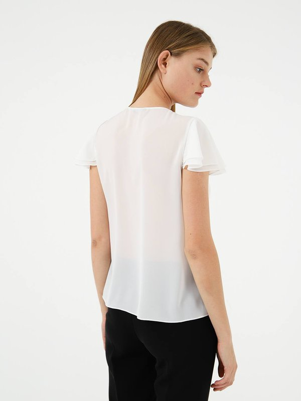 Блузка с воланами вид сзади