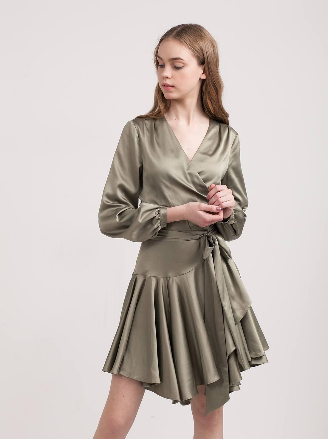 Атласное платье с запахом