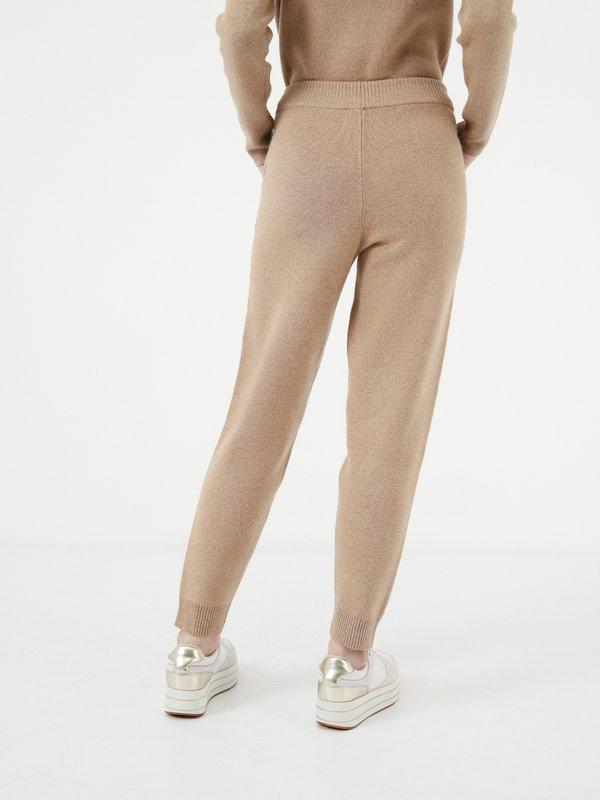 Свободные трикотажные брюки вид сзади