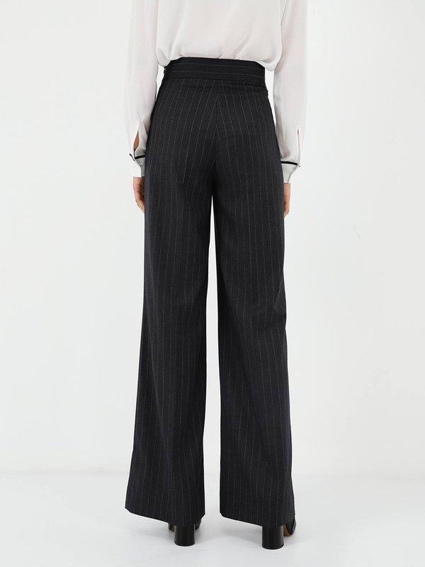 Свободные брюки  вид сзади