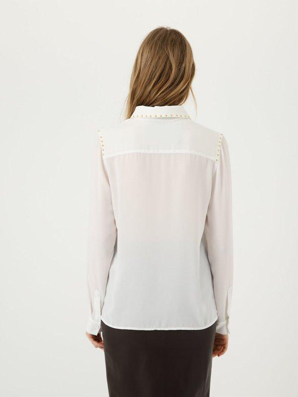 Рубашка с декоративными элементами вид сзади