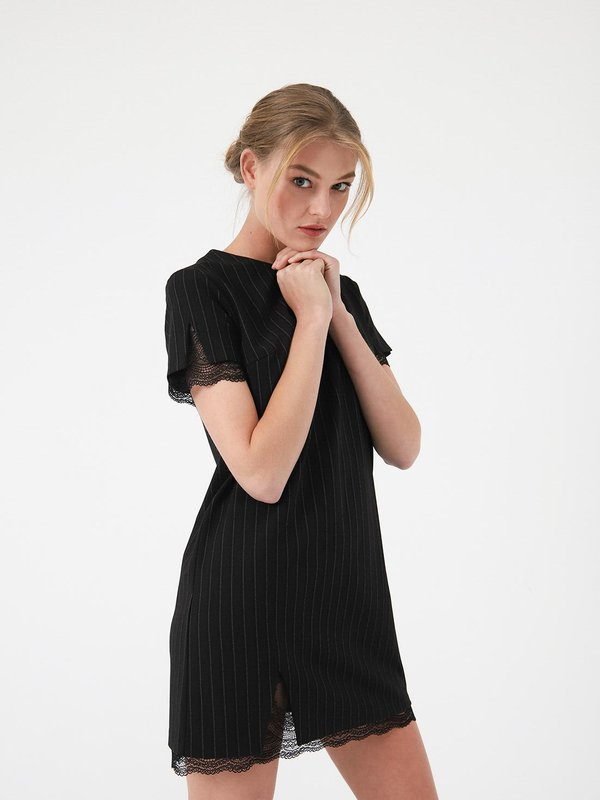 Платье с отделкой из кружева