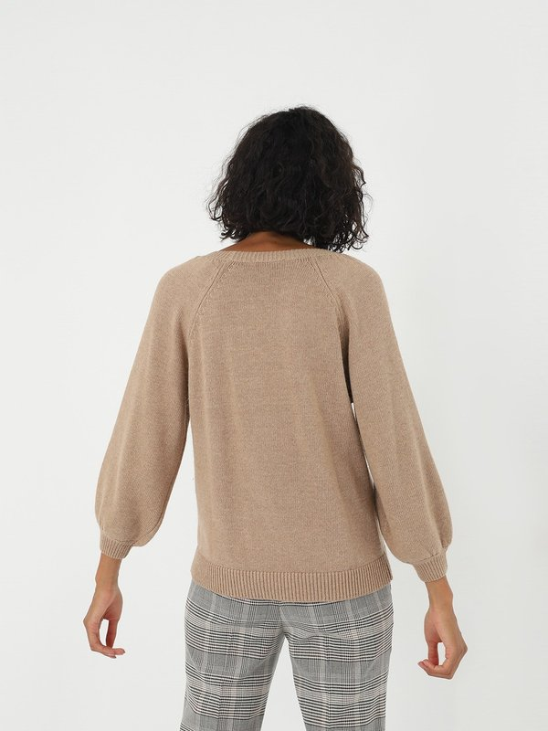 Джемпер с объемными рукавами вид сзади
