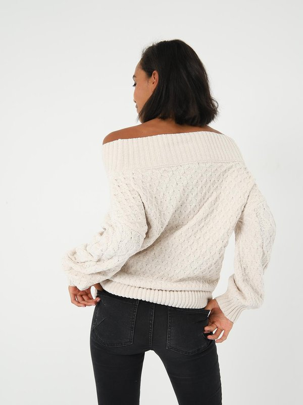 Джемпер с открытыми плечами  вид сзади