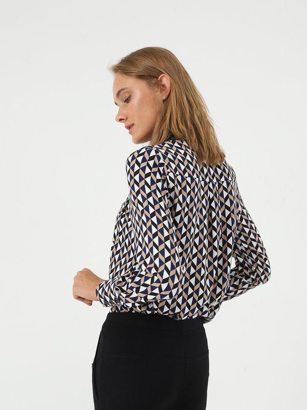 Рубашка с геометрическим принтом вид сзади