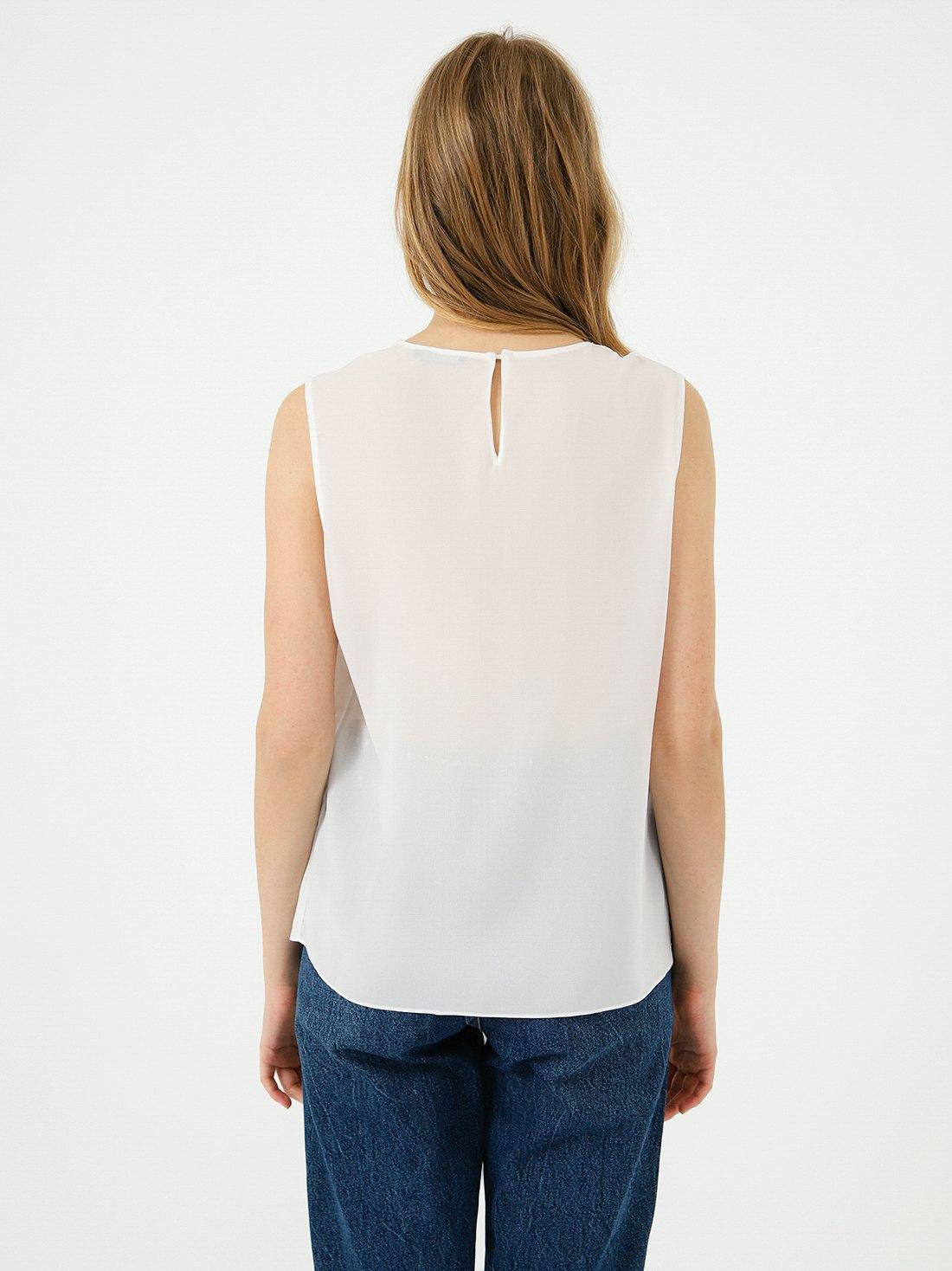 Блузка с декоративным элементом