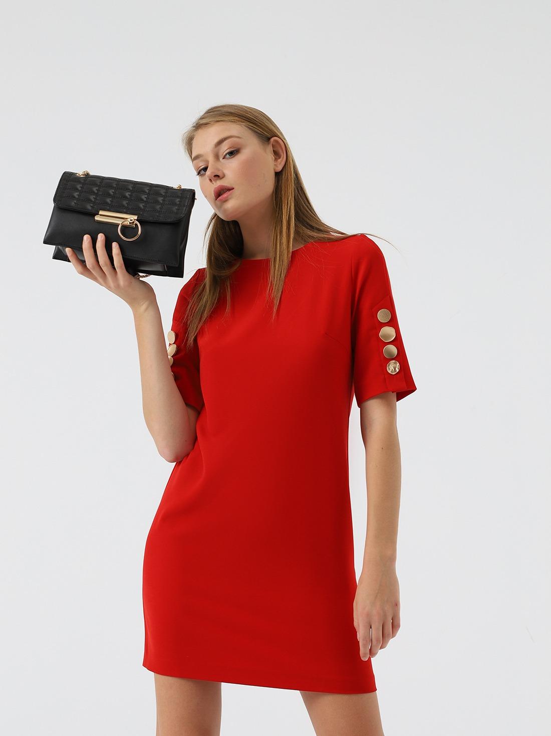 Платье с декоративными элементами на рукавах