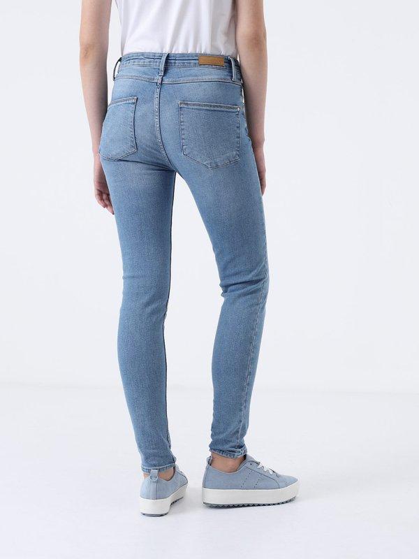 Укоренные джинсы вид сзади
