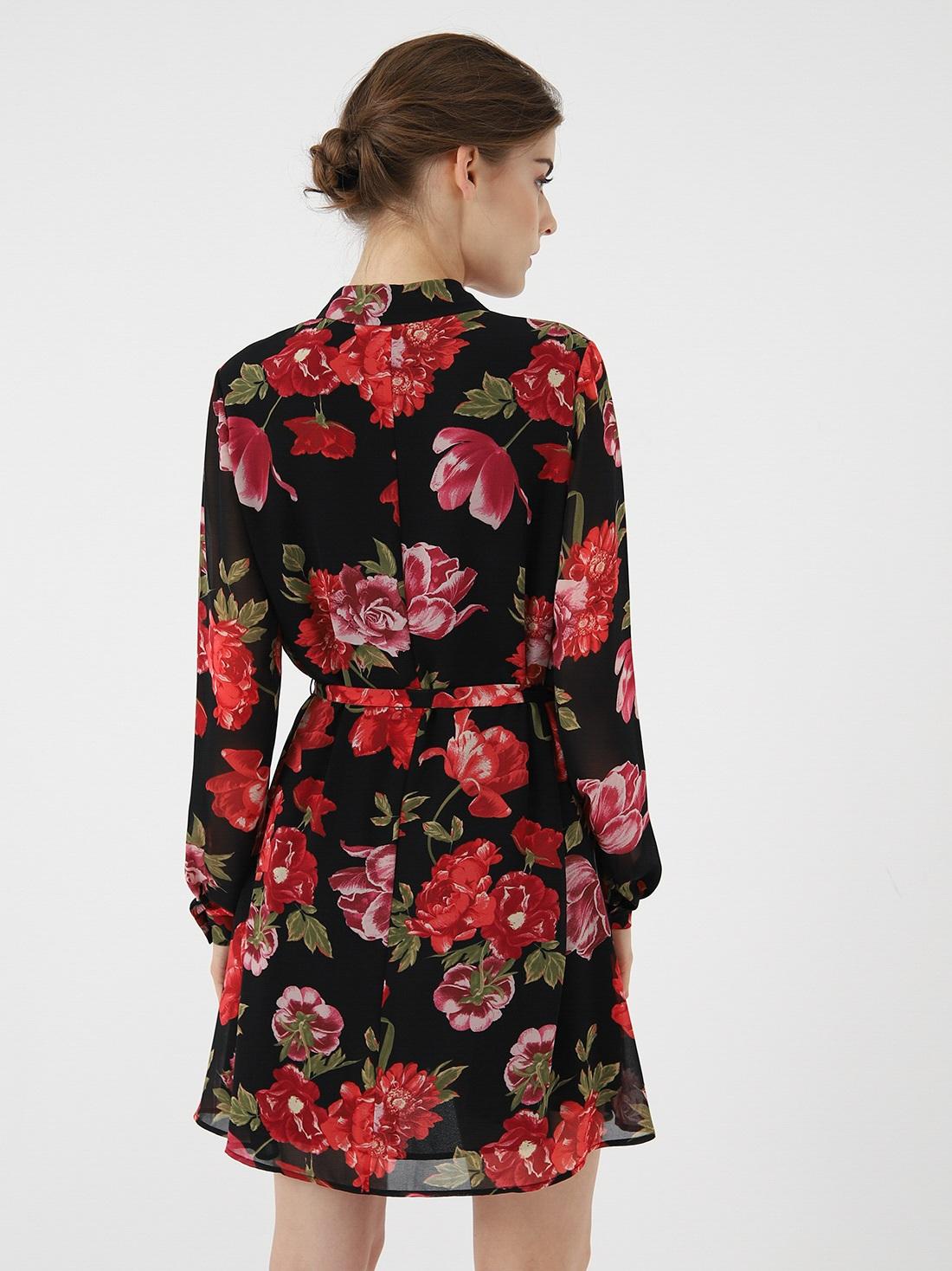 Платье с растительным принтом и поясом